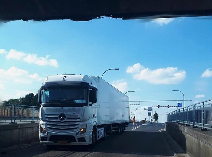 De vrachtwagen was aan de bovenkant beschadigd. Het viaduct is aan de bovenkant ook flink beschadigd, maar dat komt zeker niet alleen van deze botsing.