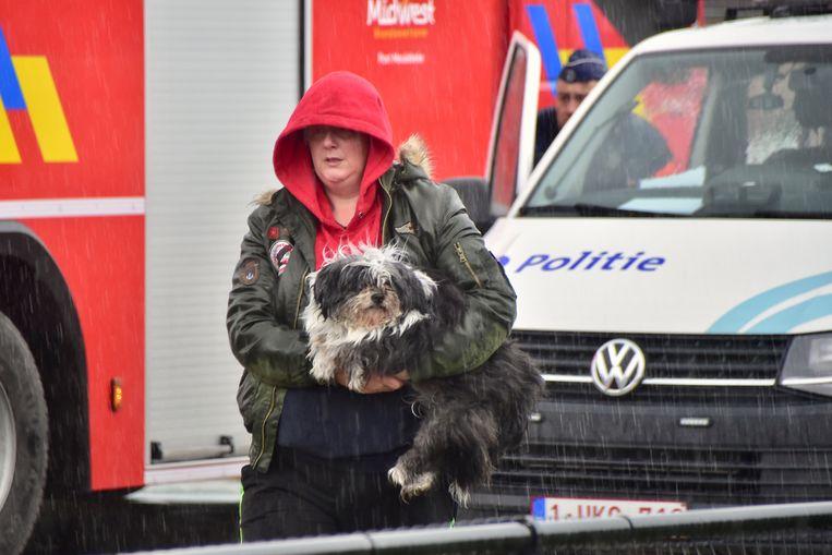 Bewoonster Heidy Lagaisse kon één van haar honden meenemen naar buiten.