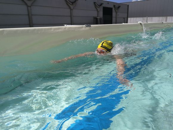 Ieperling Jan Hosten heeft zwemstraten ontwikkeld. Een lang, smal zwembad uit buizen en zeilen.