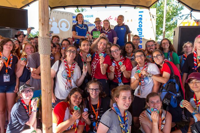 Selina Roskam van Scoutinglandgoed Zeewolde (achter links) ontving het certificaat van Hulda Sólrún Guðmundsdóttir van scoutingbond WOSM Europe (tweede van rechts), onder het toeziend oog van internationale scouts tijdens Roverway 2018.