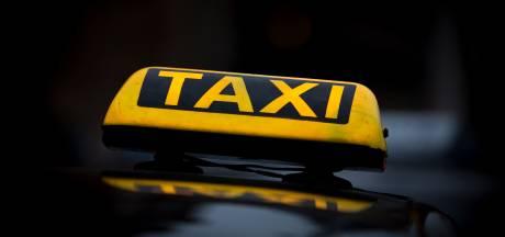 Man uit Zwartsluis (63) flipt in taxi en slaat agente met knuppel; rechtszaal vol slachtoffers