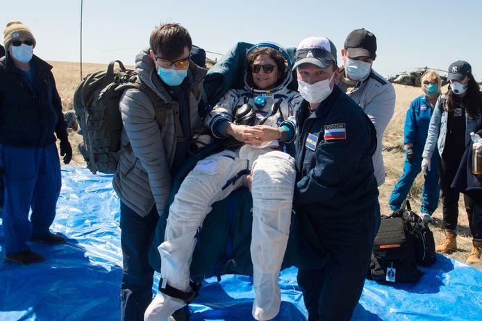 Jessica Meir wordt ontvangen door medewerkers met mondmaskers en handschoenen.