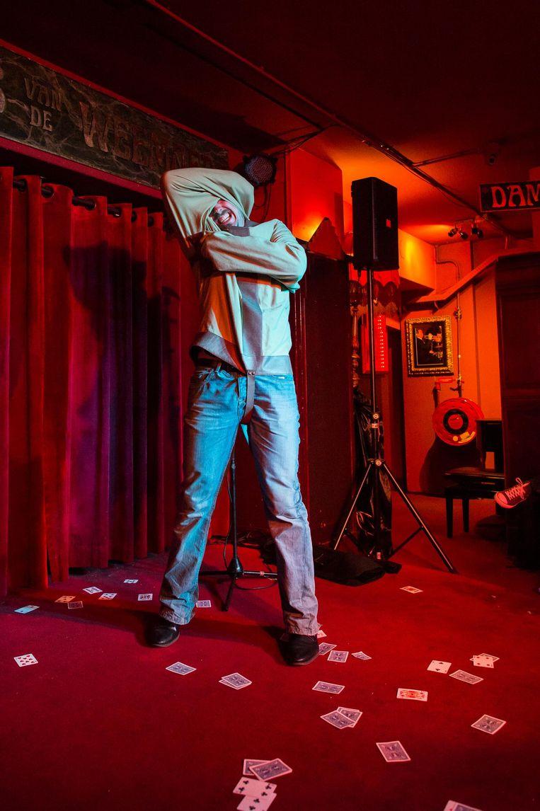 De Ierse goochelaar Davey McAuley op het podium van het Paleis van de Weemoed Beeld Mats van Soolingen