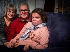 Succesvolle robottherapie gehandicapte Miriam tijdelijk niet mogelijk: 'Thuis trainen is heel anders'