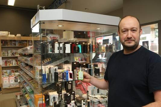 Mario Swijsen in zijn krantenwinkel in Sint-Truiden. Hij startte een half jaar geleden met de verkoop van elektronische sigaretten en noemt het de redding voor krantwinkels.