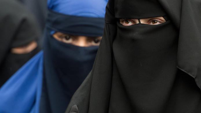 Gesluierde vrouwen tijdens een bijeenkomst van een radicale salafistische prediker.