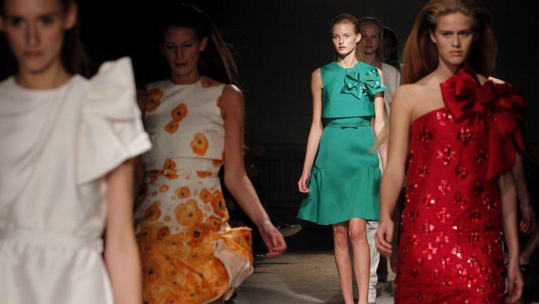 Modellen showen donderdagavond in Amsterdam ontwerpen uit de collectie spring/summer 2012 van mode-ontwerper Claes Iversen. Beeld ANP