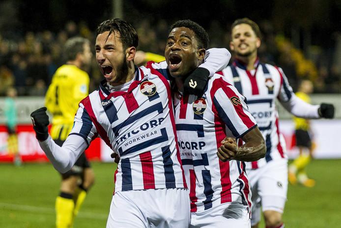 Ismail Azzaoui (l) en Bartholomew Ogbeche vieren een treffer tegen VVV.