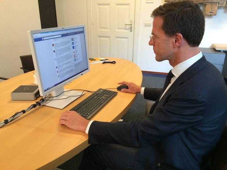 De premier tijdens de Facebooksessie. Hij deelde deze foto op zijn pagina. Beeld Rijksvoorlichtingsdienst.