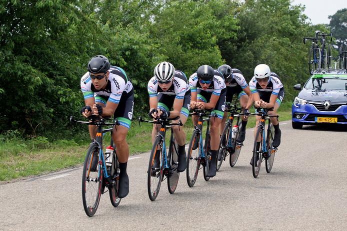 Jelle Wolsink, tweede van links, wint de Ronde van Enter.