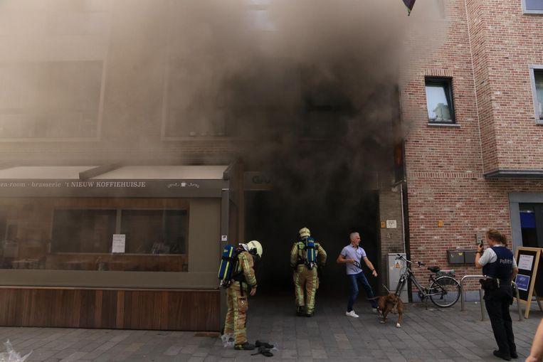 De brand in winkelgaanderij De Bever ging gepaard met bijzonder hevige rookontwikkeling.
