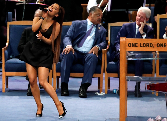 Ariana Grande zingt tijdens de uitvaartplechtigheid van Aretha Franklin.