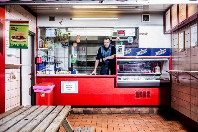 Eric Duhamel, derrière le comptoir du fritkot Bompa, à Ixelles