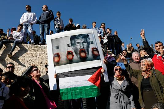 Palestijnse demonstranten steken de draak met de Amerikaanse president Trump.