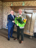 Burgemeester Hans Vroomen van Ommen bedankt Gerben voor zijn heldendaad.