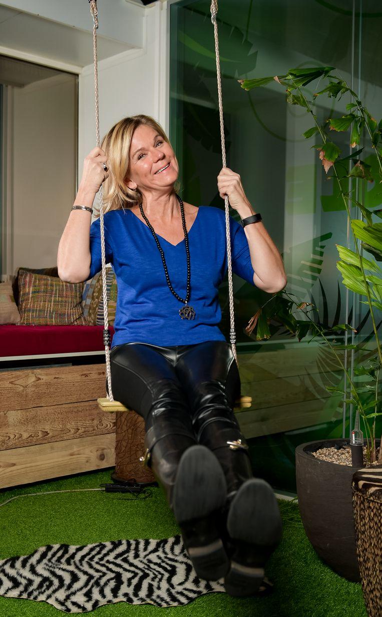 Ann De Bisschop veranderde haar oude kantoor in een junglekamer: om de creativiteit te masseren, liggen er grasmatten en hangt er een schommel.