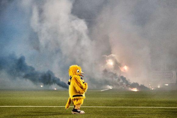 Een verschrikte mascotte tijdens de rellen van januari. Door toedoen van de Kanariekooi van Roland Duchatelet en het stadionverbod van de Voetbalcel FOD Binnenlandse Zaken moet het deze keer vreedzamer verlopen.