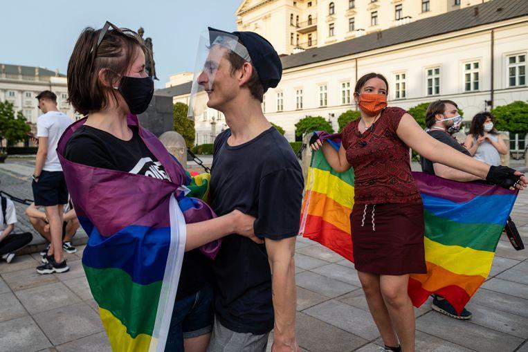 Met een flashmob voor het presidentieel paleis in Warschau protesteren Polen tegen het anti-lhbtq-beleid in hun land.  Beeld Hollandse Hoogte / AFP