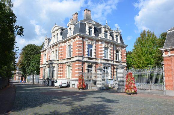 Het gemeentehuis van Moerbeke: vanaf maandag kunnen burgers een afspraak boeken bij elke gemeentelijke dienst.