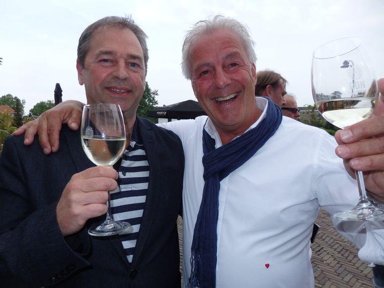 Orthopeed en wijnkenner Marcel Driessen (r): 'De app geeft de juiste tik mee.' Mooi gesproken. Naast hem Michiel van Wijk (Grapes Unlimited). Beeld Schuim