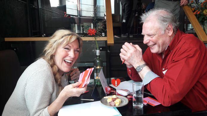 Ine uit Delden en René uit Dedemsvaart proeven in 7,5 minuten elkaars niertjes.
