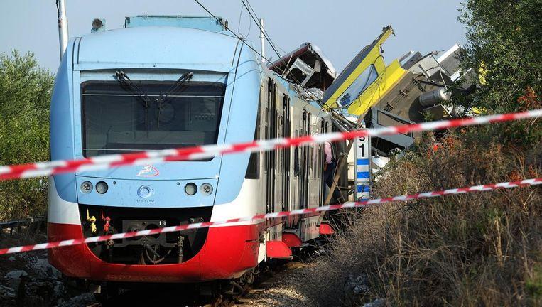 Het wrakstuk van de trein die nabij Corato in botsing kwam met een andere trein. Beeld afp