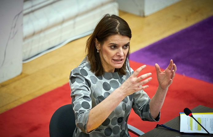 Staatssecretaris Barbara Visser van Defensie ging in de Oude Zaal in debat over het afblazen van de verhuizing van de marinierskazerne van Doorn naar Vlissingen.