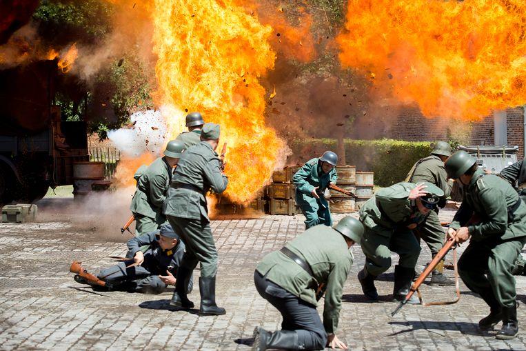 Terwijl een ontploffing met Duitse soldaten wordt gefilmd, dollen Sven De Ridder en Gilles De Schryver wat aan de zijlijn. Gilles wordt binnenkort papa en heeft z'n gsm altijd bij.