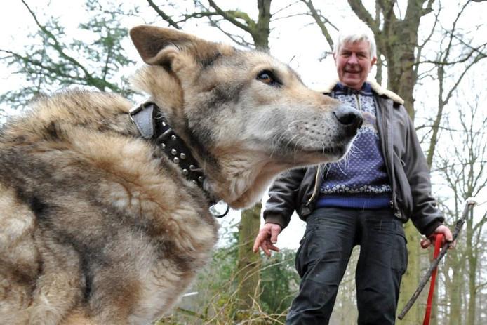 Noah en zijn baasje Jan Visser, op de plek waar de Saarlooswolfhond voor jakhals werd aangezien.