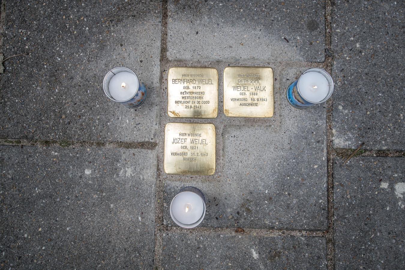 Stolpersteine voor de familie Weijel in de Rembrandtlaan in Zwolle.