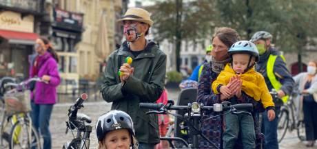 """Drie minuten belgerinkel aan stadhuis voor meer fietsveiligheid: """"Niet alleen de infrastructuur, maar ook verkeersagressie moet aangepakt worden"""""""