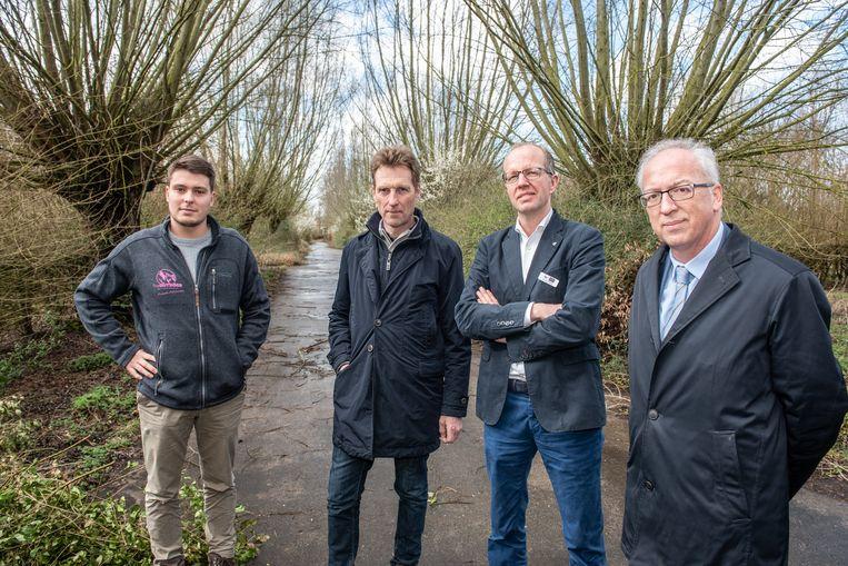 Arthur Provoost (The Outsider), Pascal Vandenbussche en Jan Blijenberg (Roompot) en Oudenaards burgemeester Marnic De Meulemeester op het terrein waar het vakantiepark komt.