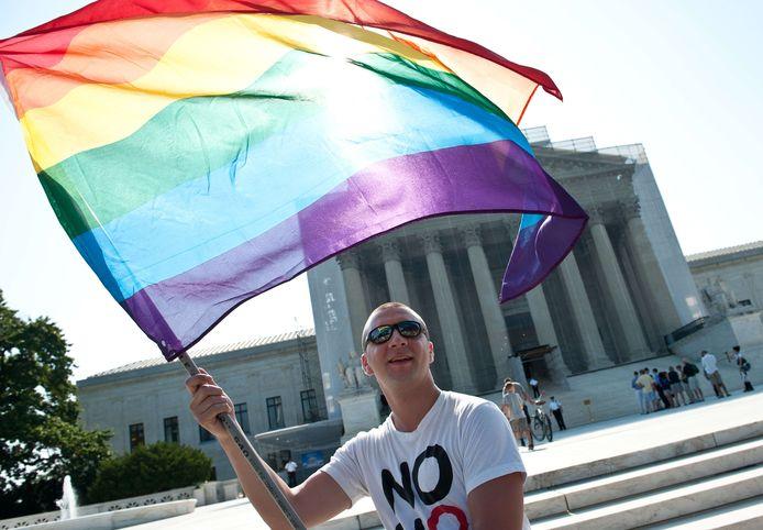 Een homorechtenactivist zwaait met een regenboogvlag voor het Amerikaanse Hooggerechtshof (archiefbeeld).