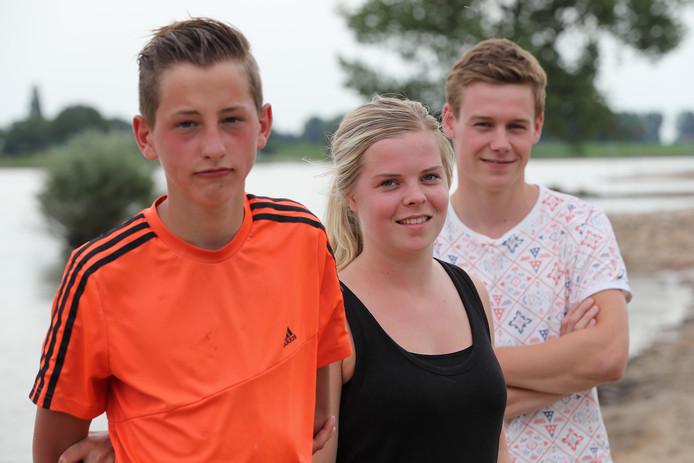 Juup Fijn (links) is een held. Net als Quinten. Ze redden een drenkeling. Middenin Quintens vriendin Britt.