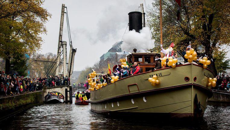 De Sint vaart op zondag 19 november over de Amstel naar het Scheepvaartmuseum. Beeld ANP