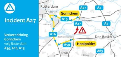Ongeluk op A27 bij Geertruidenberg richting Gorinchem, verkeer over over vluchtstrook