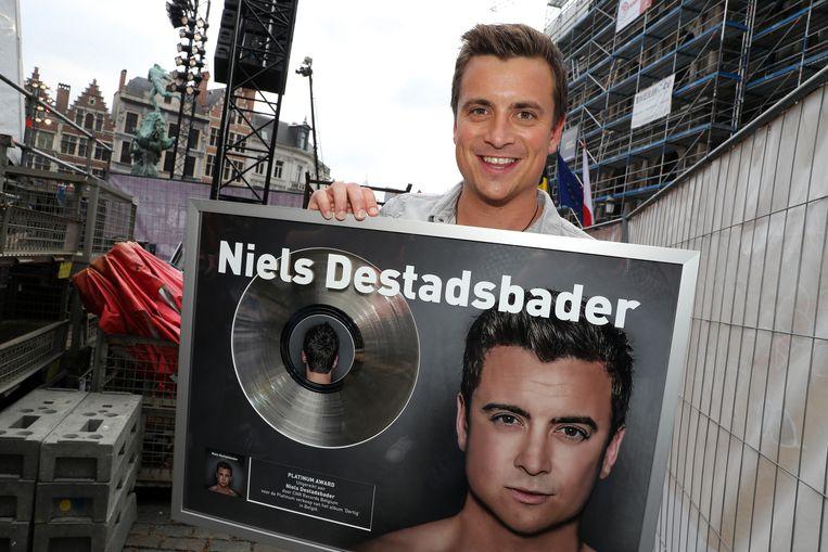 Niels Destadsbader na zijn optreden op 'Vlaanderen Feest!' op de Grote Markt in Antwerpen.