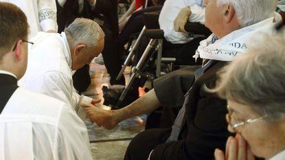 Paus wast twaalf mindervaliden de voeten