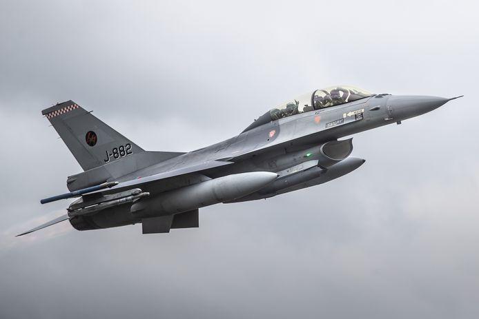 De F-16 met Koning Willem-Alexander achterin stijgt op vanaf vliegbasis Volkel.
