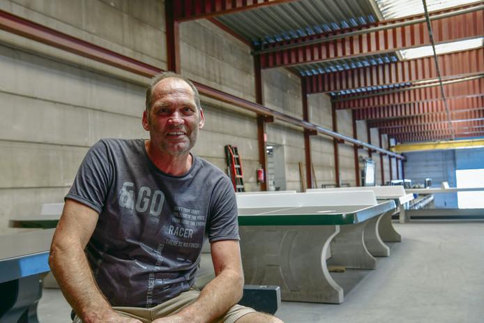 """Theo van der Heijden in de bedrijfshal van HeBlad: ,,De pingpongtafels verkopen zichzelf."""""""