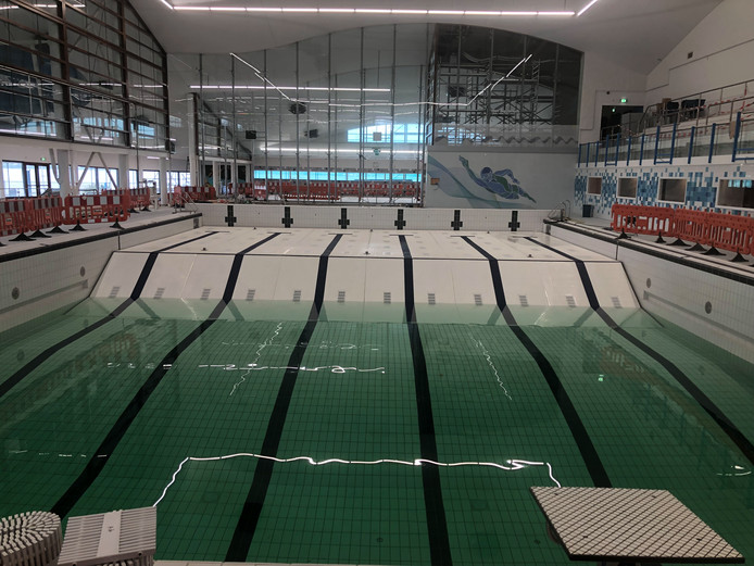 De renovatie van zwembad De Schelp in Bergen op Zoom nadert voltooiing. Het bad loopt inmiddels langzaam vol.