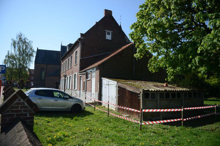 Door de storm van een paar weken geleden zijn er asbestplaten losgekomen aan de pastorij van de gemeente.