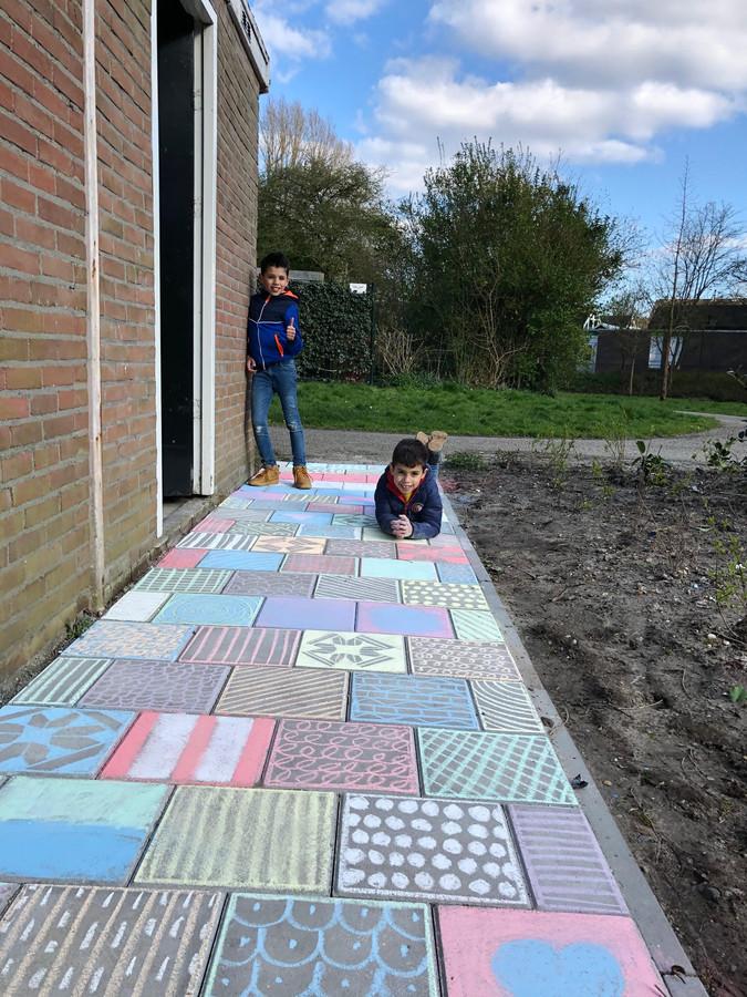 De broertjes Aktham (9) en Seif (7) maakten achter hun huis in Vlaardingen een waar kunstwerk om de mensen in de buurt op te vrolijken.