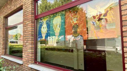 Toch nog expositie: kunstwerken kinderen tekenatelier pronken achter ramen