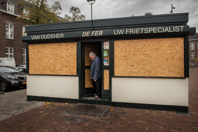 Fer Vertrepen van cafetaria de Fer komt voor het eerst weer in zijn afgebrande cafetaria en sluit de deur nadien, voor het laatst, af.