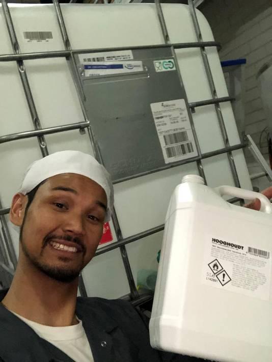 Brand ambassador Archie Kasan met een jerrycan desinfectiemiddel.
