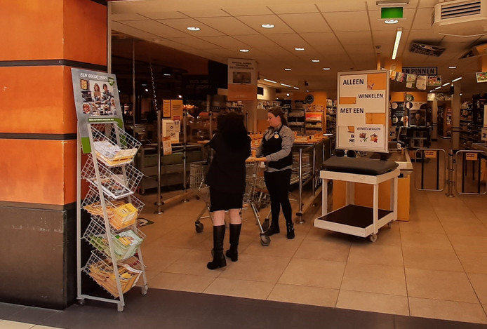 Bij Jumbo in Kaatsheuvel moeten alle klanten boodschappen doen met een winkelwagen. Zijn de karren op, dan zit de winkel aan zijn max en moeten volgende klanten even wachten.