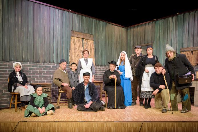 De cast van het stuk 'Jutters Kerst' uit 2015, een van de favoriete voorstellingen van 't Ros.