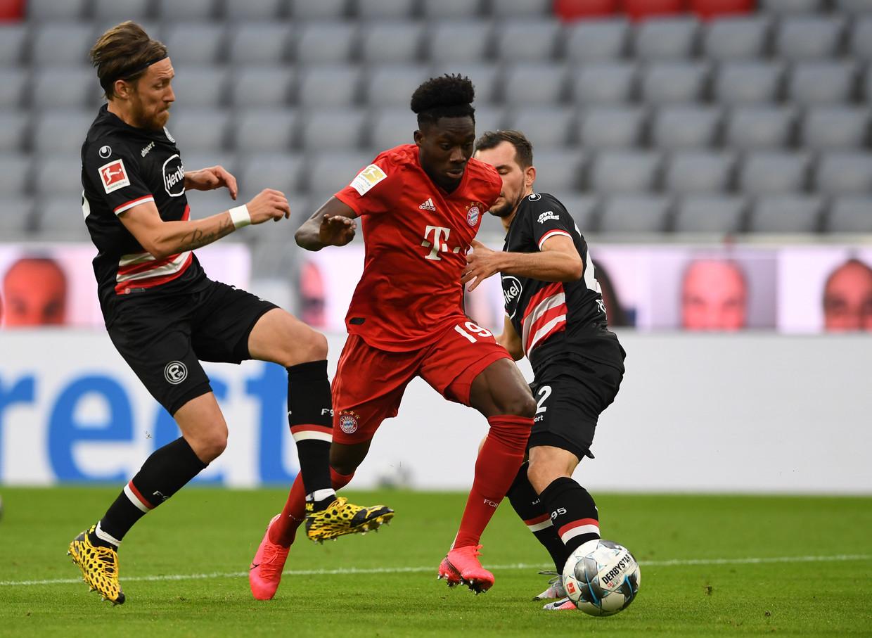 Alphonso Davies (in rood tenue) die zich zich dit seizoen sensationeel ontwikkelde bij kampioen Bayern München. Beeld Getty