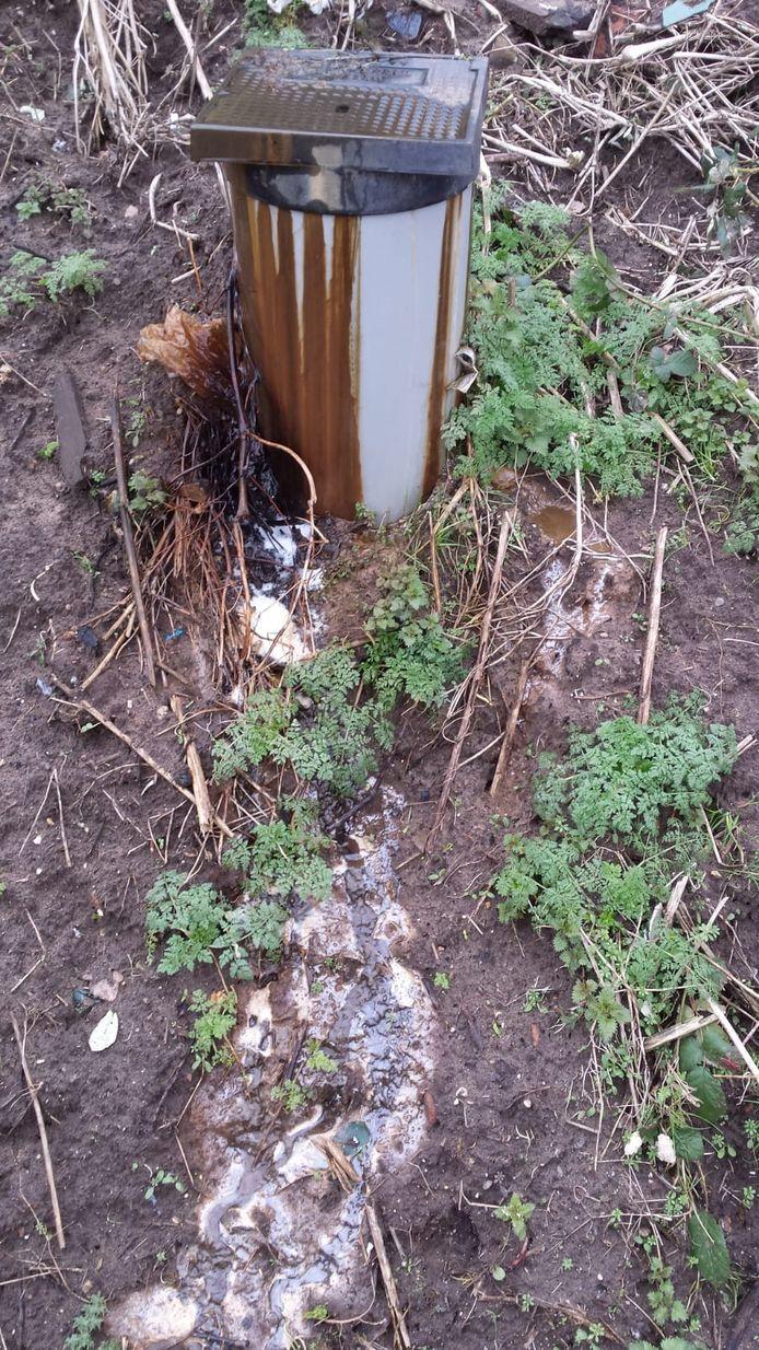 Percolaatwater loopt uit de putten op 'de Belt' in Wekerom.
